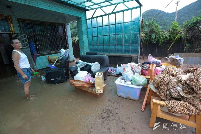 極端氣候讓淹水更常見,整體社會要有更高的「承洪軔性」。圖為六二暴雨造成的淹水。(資料照片,顏麟宇攝)