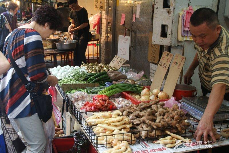 連日豪雨造成菜價應聲大漲,然而農委會主委林聰賢指出,農委會日前已釋出2000公斤蔬菜應急,但菜價仍從每公斤16.6元漲到31.9元,懷疑是否有人為因素。圖為鋒面過後,民眾前往傳統市場買菜。(資料照,陳明仁攝)