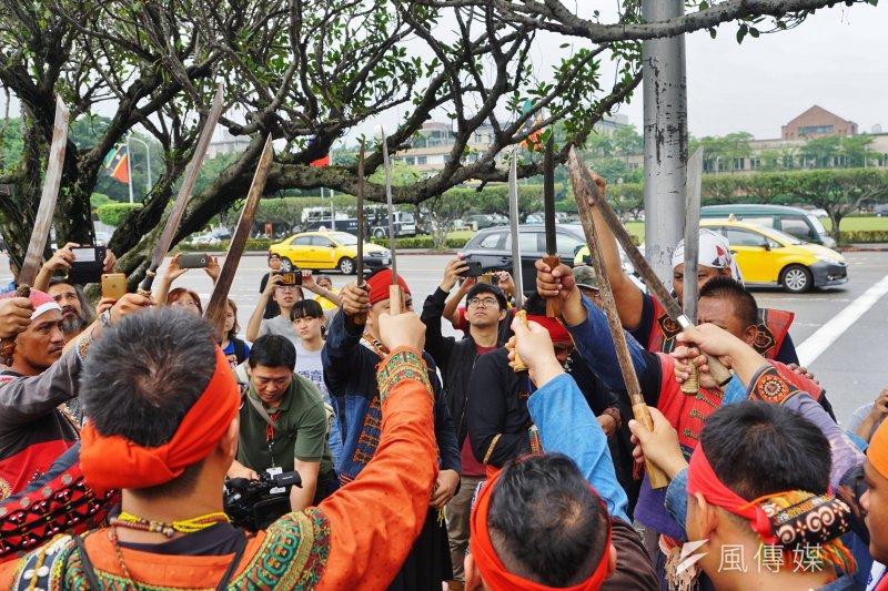 20170604-跨二東行動聯盟捍衛傳統領域活動,會後舉刀立誓。(盧逸峰攝)