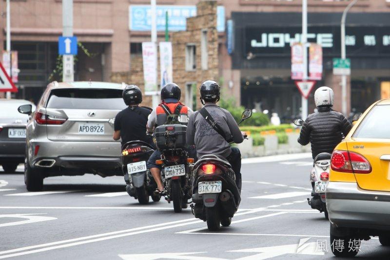 交通部今(5)日表示,對於昨日台灣交通安全協會倡議將「路考」納為取得機車駕照的評估項目,交通部表示,該部除興革機車考驗制度,與時俱進提昇筆試題庫及增加場考項目外,更將小型車「道路駕駛考驗」納入路考項目之一。(資料照陳明仁攝)