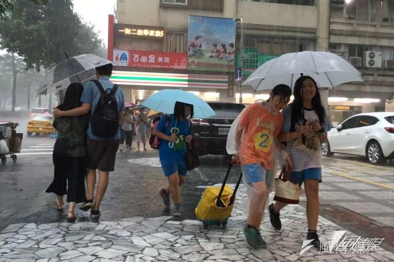 連日豪雨淹水的地方多,腳如果浸過汙水,請盡快擦乾保持足部乾爽。(蔡耀徵攝)