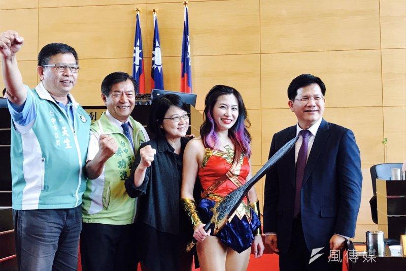 賴佳微(左二)曾在議場扮演「神力女超人」,當時林佳龍(右一)見到也只能傻笑。(資料照,諸葛志一攝)