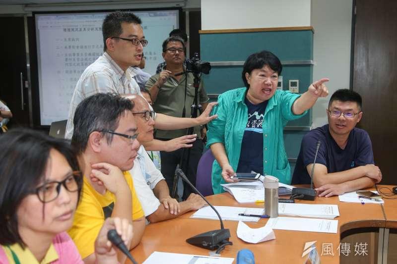 中油第三天然氣接收站環境影響差異審查於環保署召開,過程中爭吵不斷,台灣水資源保育聯盟主任粘麗玉(右二)和當地開發派民眾激烈對嗆。(陳明仁攝)