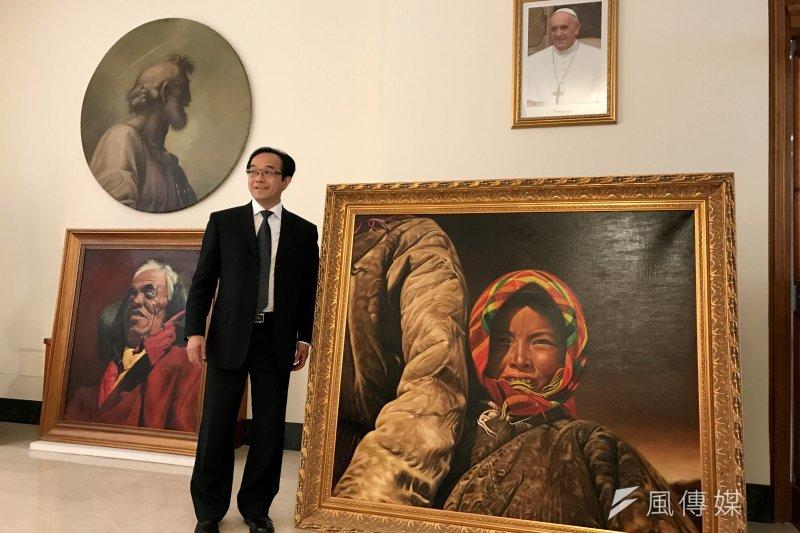 張焰老師在與教宗見面後與其作品合影。(曾廣儀攝)