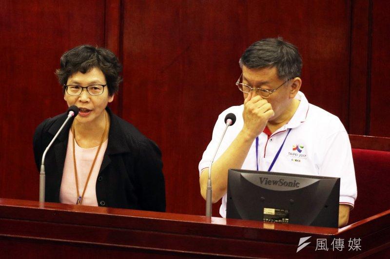 台北市長柯文哲下午出席市議會市政總質詢,其中市長辦公室主任蔡壁如(左)是首次出席市議會總質詢。(蘇仲泓攝)