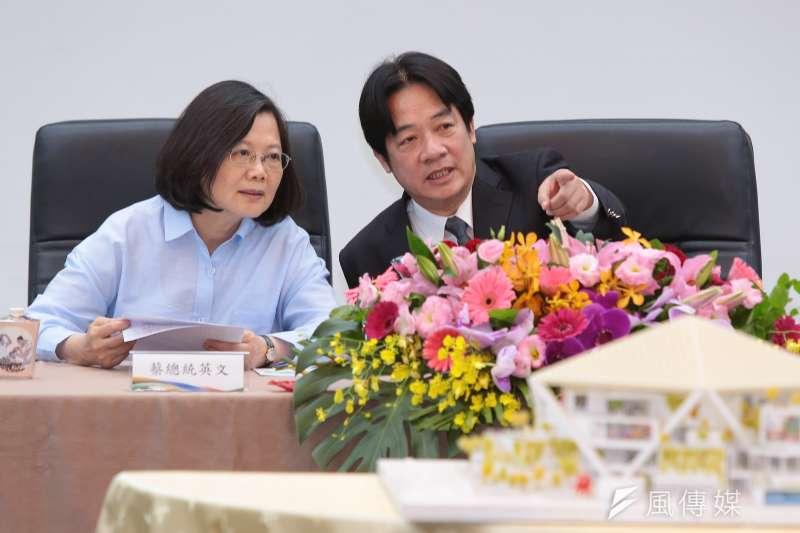 台南市長賴清德一句「我親中愛台」,連總統府和民進黨發言人都表態「我們立場一樣」。圖為蔡英文總統和賴清德在台南文學館。(顏麟宇攝)