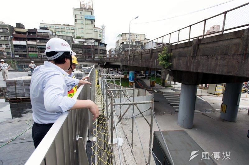 中山陸橋上引道即將拆除,讓南站廣場更開闊。(圖/張毅攝)