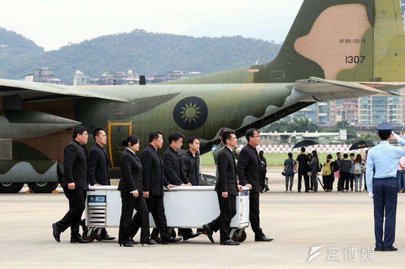 空軍運送齊柏林等3人遺體抵達台北。(蘇仲泓攝)