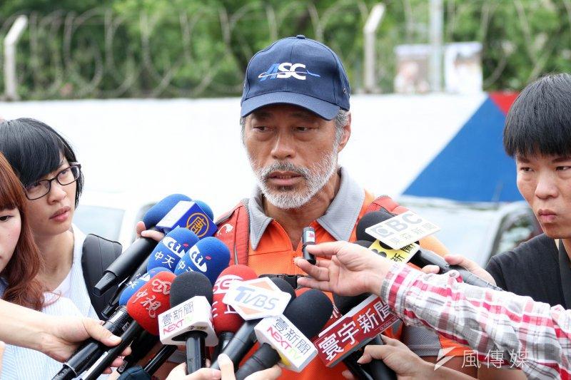 齊柏林所搭乘的直升機殘骸已於今日送抵台北,飛安會調查官李寶康表示,目前仍在第一階段的事實資料蒐集,整個調查結案需要8個月到1年的時間。(蘇仲泓攝)