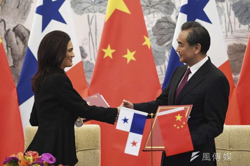 中國外交部長王毅13日在北京與巴拿馬副總統兼外長德聖馬洛簽署《中華人民共和國和巴拿馬共和國關於建立外交關係的聯合公報》(AP)