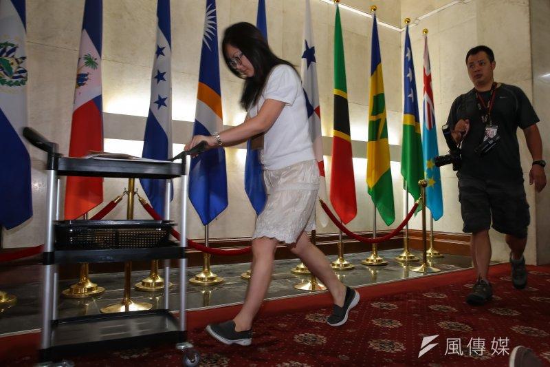 20170613-巴拿馬於台北時間13日九點宣布與我國斷交,並與中國建交,但巴拿馬國旗(右五)仍插於外交部大廳尚未撤旗。(顏麟宇攝)