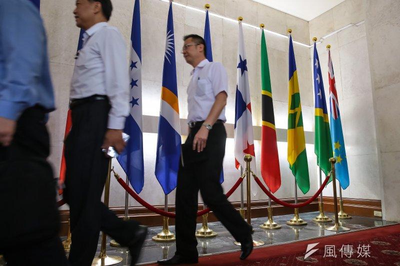 巴拿馬今(13)日宣布與中國建交,對於是否影響台灣出口一事,財政部表示巴拿馬佔台灣出口比重其實並不高。圖為巴拿馬國旗(右五)仍插於外交部大廳尚未撤旗。(顏麟宇攝)
