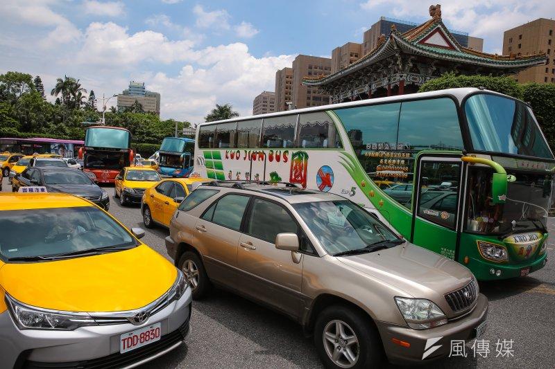 遊覽車業者13日於交通部前抗議,隨後轉至景福門中山南路造成車輛嚴重壅塞。(顏麟宇攝)