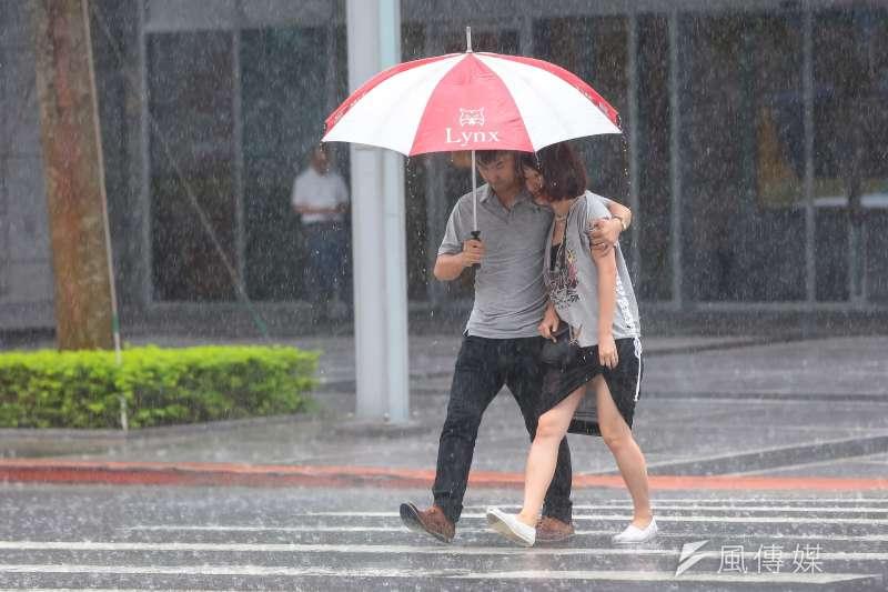 受東北風影響,氣象局表示,明、後天北部(桃園以北機率較高)、東半部有局部短暫雨,午後其他地區有局部短暫雷陣雨。(資料照,顏麟宇攝)