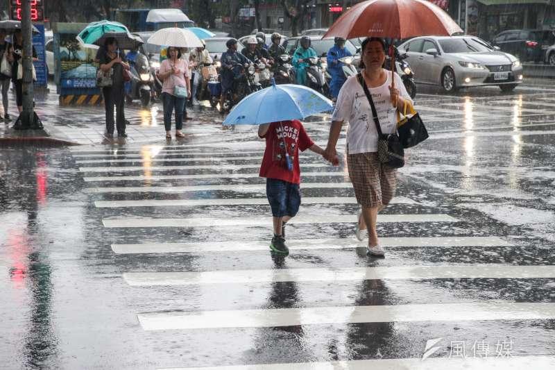 中央氣象局預報,隨迎風面水氣逐漸增多,北部及東半部地區易有局部短暫雨,晚起東北季風增強,降雨機率更加提高。(資料照,陳明仁攝)