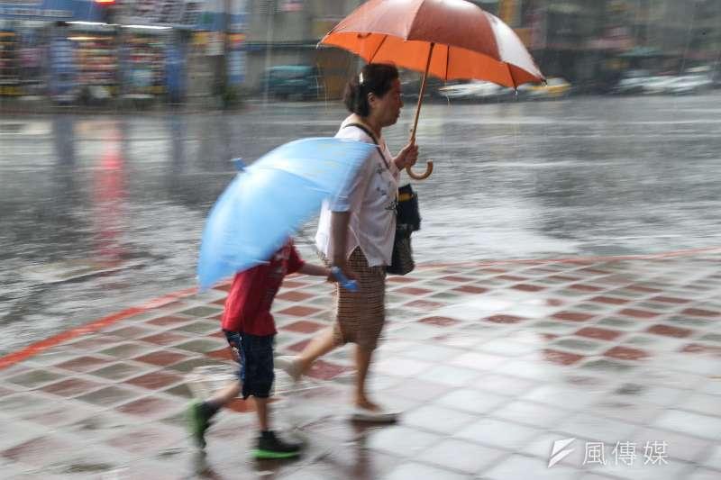 氣象局預估,受鋒面影響,今(1)日北部、東半部有短暫陣雨或雷雨。(資料照,陳明仁攝)