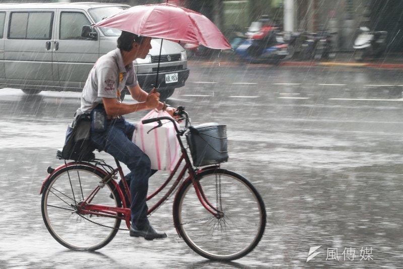 20170613.午後雷陣雨.對流雨.強降雨.雨中即景.車輛.機車騎士.行人.(陳明仁攝)
