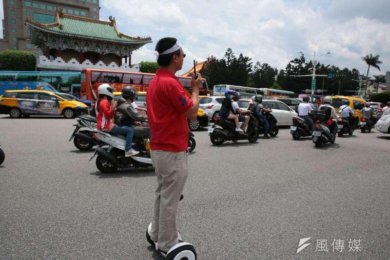 遊覽車業者於交通部抗議後,癱瘓景福門前交通。(資料照,顏麟宇攝)