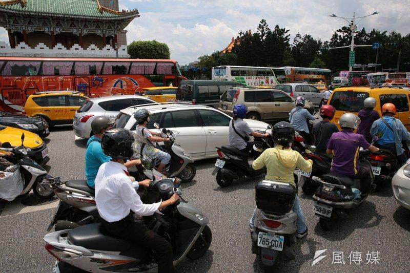 針對遊覽車駕駛開車癱瘓街頭表示抗議,交通部表示,這樣的陳抗方式已模糊訴求焦點,盼能共同審視相關訴求是否存有合理可行空間。(資料照,顏麟宇攝)