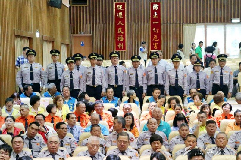 警察節慶祝大會中受獎的績優警察合影。(圖/張毅攝)
