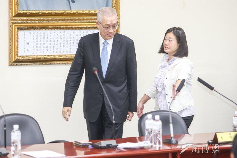 前副總統吳敦義(左)出席「中華中興菁英發展協會」會員大會,在協會理事長王致雅引導下,坐上平常黨主席主持中常會的座位。(陳明仁攝)