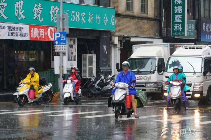 2017-06-14-梅雨季來襲,新竹市區下起雨,機車騎士穿著雨衣騎車02-雨天-梅雨季-盧逸峰攝