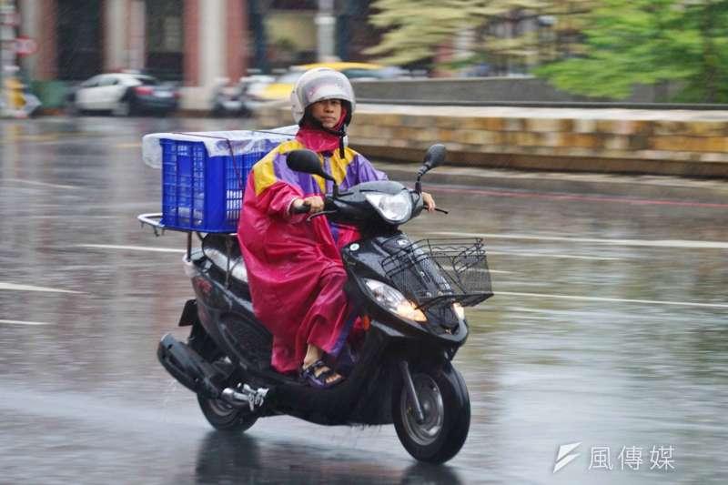 勞動部表示,昨(29)日與11家食物外送業者達成共識,未來將制定「行政指導」,禁止外送員在颱風天外送。(資料照,盧逸峰攝)