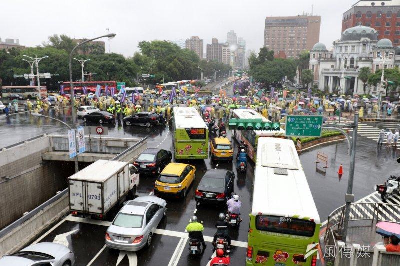 20170615-全國公務人員協會今(15)日下午至立法院抗議,並舉行大遊行,儘管風雨連連,號召3萬人參加。(蘇仲泓攝)