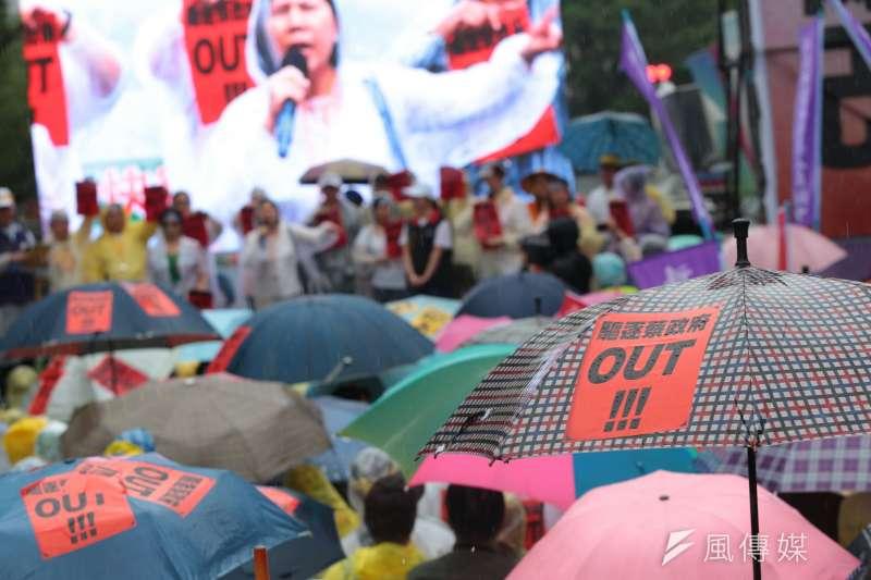 20170615-全國公務人員協會,並舉行大遊行,儘管風雨連連,仍號召3萬人參加,總統府前戒備森嚴。(顏麟宇攝)