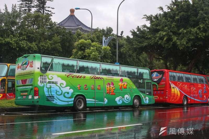 20170615-反年金攻革團體大遊行,儘管風雨連連,仍號召3萬人參加,許多來自中南部成員,自由廣場周遭排滿遊覽車。(陳明仁攝)