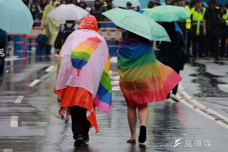 反同團體結合年金改革上街抗議,挺同民眾披旗幟走進中山南路中央抗議。(方炳超攝)