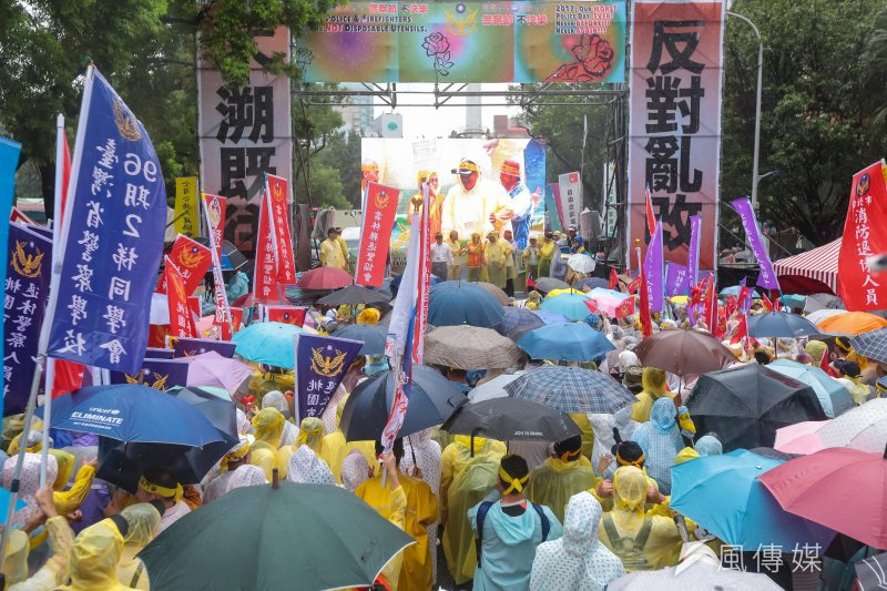 多個反年改團體15日於立法院群賢樓外抗議,並訴求「反對亂改,不溯既往」標語。(顏麟宇攝)