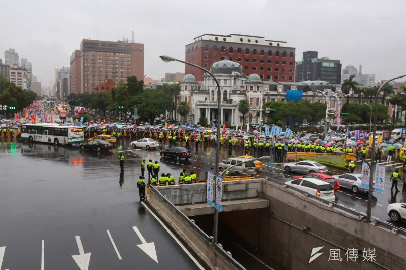 20170615-多個反年改團體15日於立法院群賢樓外抗議後,遊行至行政院、監察院前。(顏麟宇攝)