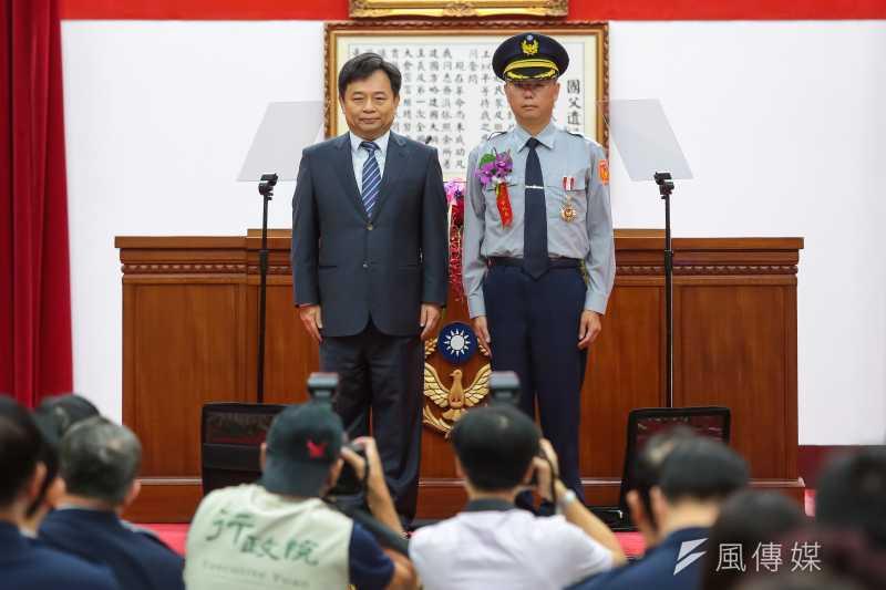 行政院副院長林錫耀今(15)日出席「警察節慶祝大會」,頒贈資深績優人員警察獎章,向所有警察同仁表達最高的敬意與謝意。(顏麟宇攝)