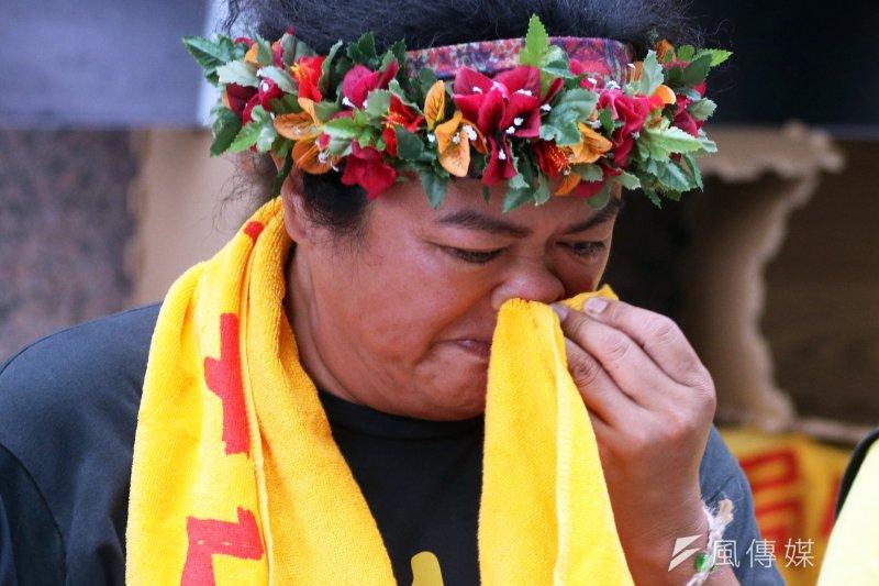 為了爭取私有地納入《傳統領域劃設辦法》,原住民持續抗議,藝文、學術界人士聲援最新連署活動,原住民歌手巴奈在現場感動落淚。(蘇仲泓攝)