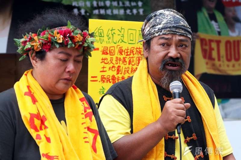20170615-原住民族轉型正義小教室上午召開「串連文化界連署  搶救台灣被消失的風景」記者會。圖左為歌手巴奈,右為歌手那布。(蘇仲泓攝)