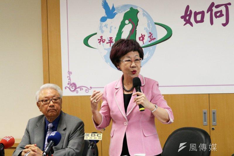 前副總統呂秀蓮下午召開「如何化外交危機為契機」記者會。圖左為總統府前顧問許智偉。(蘇仲泓攝)
