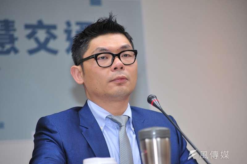 國民黨立委許毓仁表示,當台灣還停留在20年前的舊思維,瘋狂蓋軌道、軌道旁還要蓋停車場、民進要搭輕軌還必須開車去搭輕軌的時候,國外無不爭相發展無人車。(甘岱民攝)