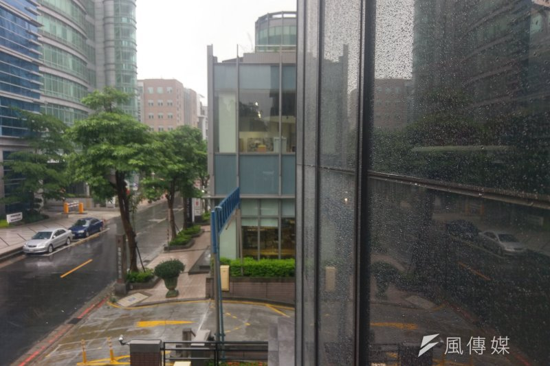 中央氣象局表示,今(17)日將是此波鋒面劇烈降雨時間,請民眾避免前往山區、溪邊活動。(施孝衡攝)