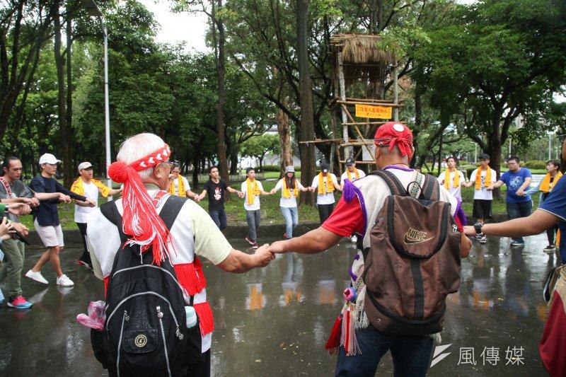 出席記者會的原民團體不但於現場搭起暸望台,也進行祈福、歌舞儀式,宣示與族人站在同一陣線的決心。(陳明仁攝)
