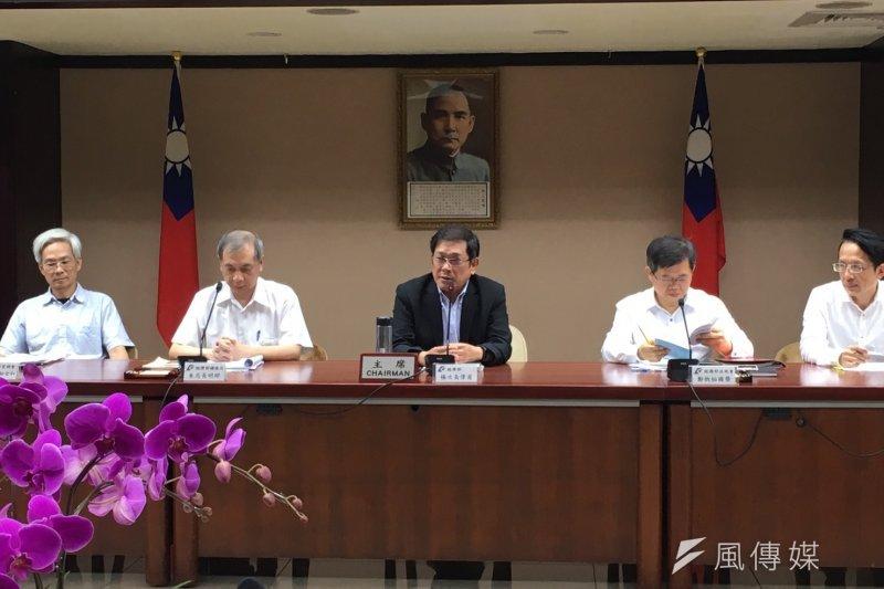 經濟部次長楊偉甫19日召開記者會,表示亞泥案沒有漏洞、礦權是依法展延,意即亞泥仍握有20年的礦權。(尹俞歡攝)