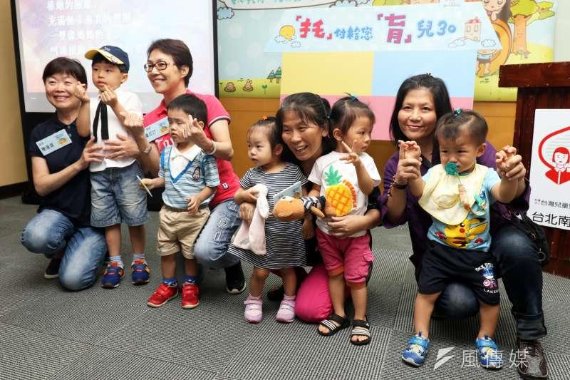 20170619-南台北家扶中心上午召開「托育30」記者會,現場邀請專業保母帶著她們平時照顧的小朋友,到場分享。(蘇仲泓攝)