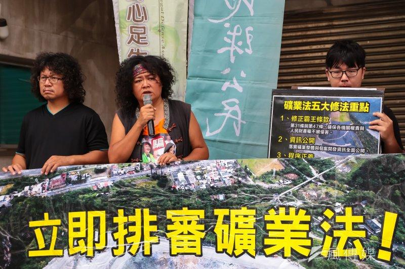 針對經濟部日前說亞泥展延沒有問題,原住民歌手巴奈表示,為何原住民一次次被犧牲?「這個國家有公益嗎?」 (顏麟宇攝)