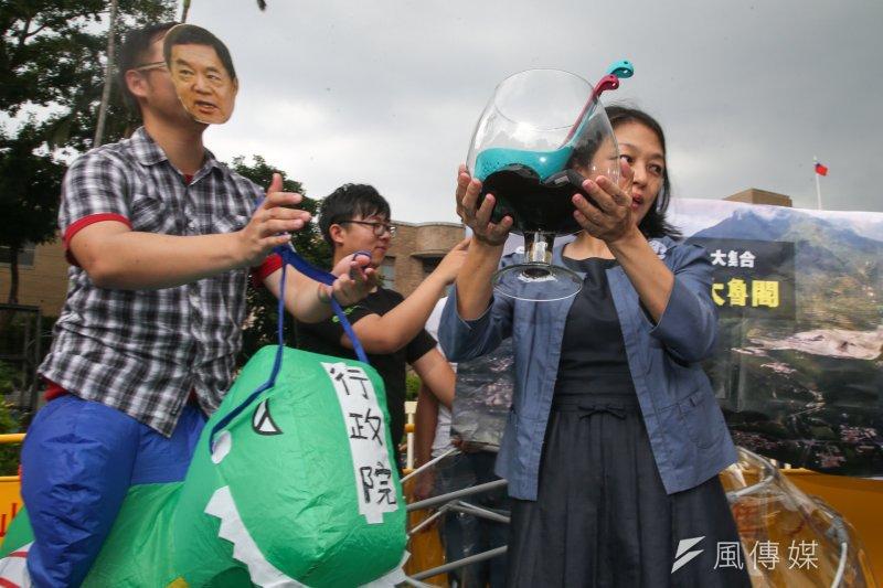 地球公民基金會下午以行動劇方式,「代表」亞泥總裁徐旭東送魚缸給行政院,以諷刺行政院對亞泥的百般愛護。(陳明仁攝)