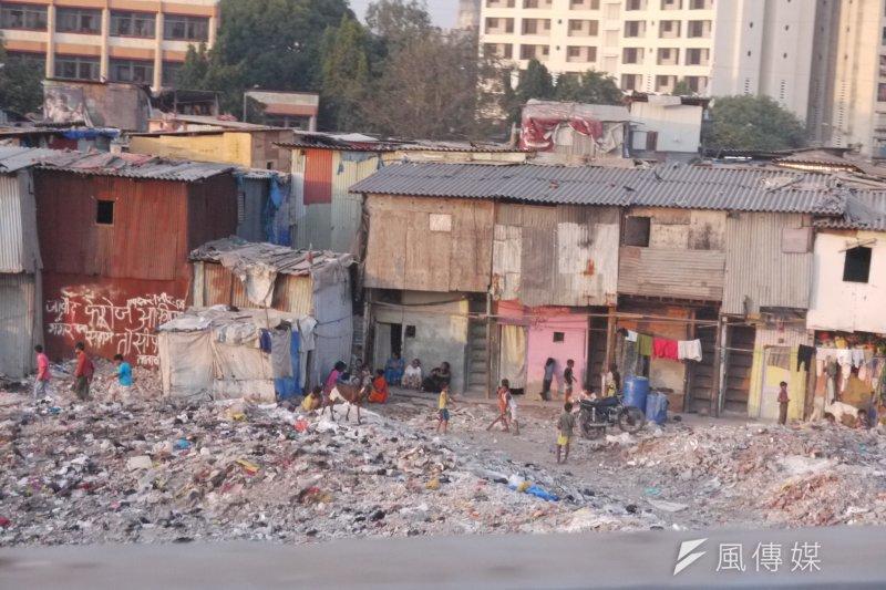前行政院長陳沖在《拯救資本主義》推薦序中提到,長期以來過於強調自由市場而導致分配失衡、貧富差距,令人對資本主義信賴度不斷降低。(圖為隱身都市中的貧民窟。資料照,圖/ chia wei@flickr)