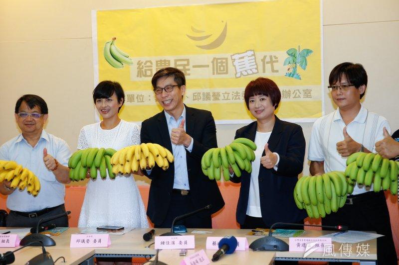 民進黨立委邱議瑩、鍾佳濱、蔡培慧23日一同召開「給農民一個蕉代」記者會,農糧署運輸加工組長吳泗濱表示,接下來的世大運也會行銷台灣香蕉。(顏麟宇攝)