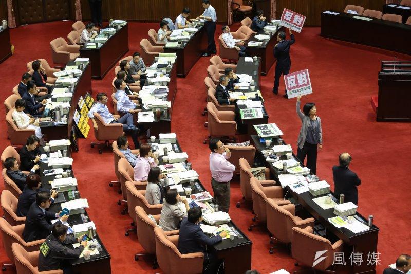 立法院23日於臨時會審查「公務人員退休資遣撫卹法草案」,民進黨團針對第31條親民黨提案於表決時反對。(顏麟宇攝)