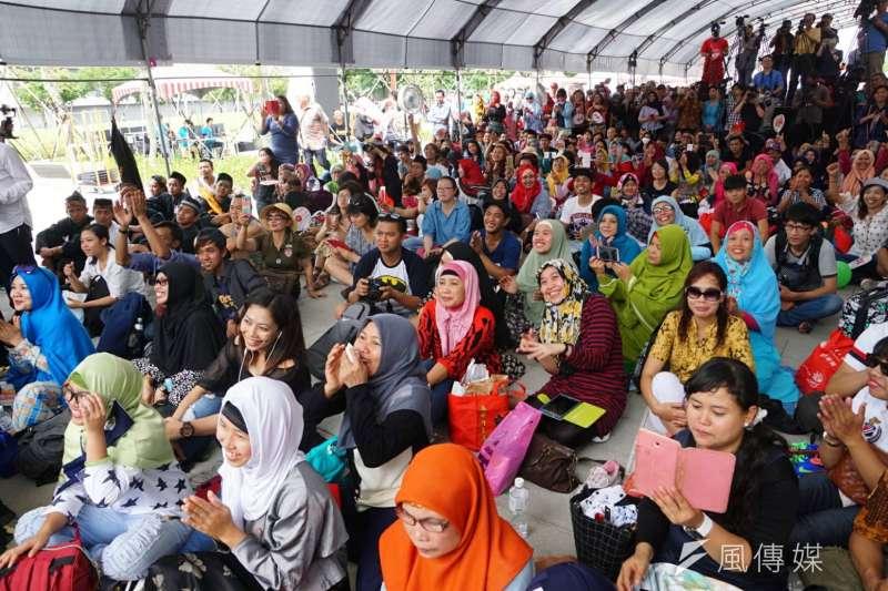 2017台北開齋節,大批穆斯林聚集在台北車站行旅廣場,參加歡慶活動(盧逸峰攝)