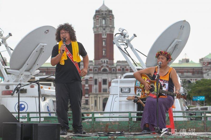 原住民運動人士馬耀.比吼和歌手巴奈日前參加反亞泥大行。(陳明仁攝)