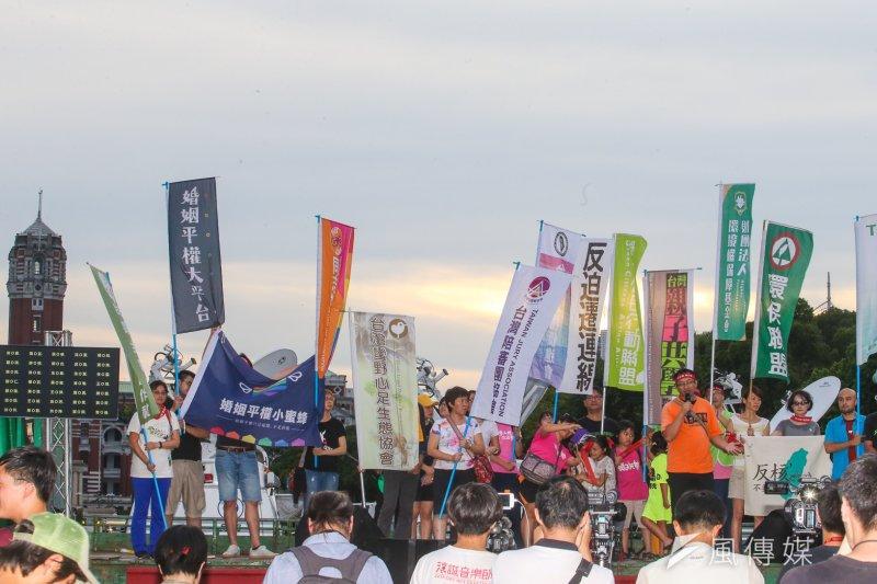 國道收費員及原民團體等各種團體,25日都參加反亞泥大遊行。(陳明仁攝)